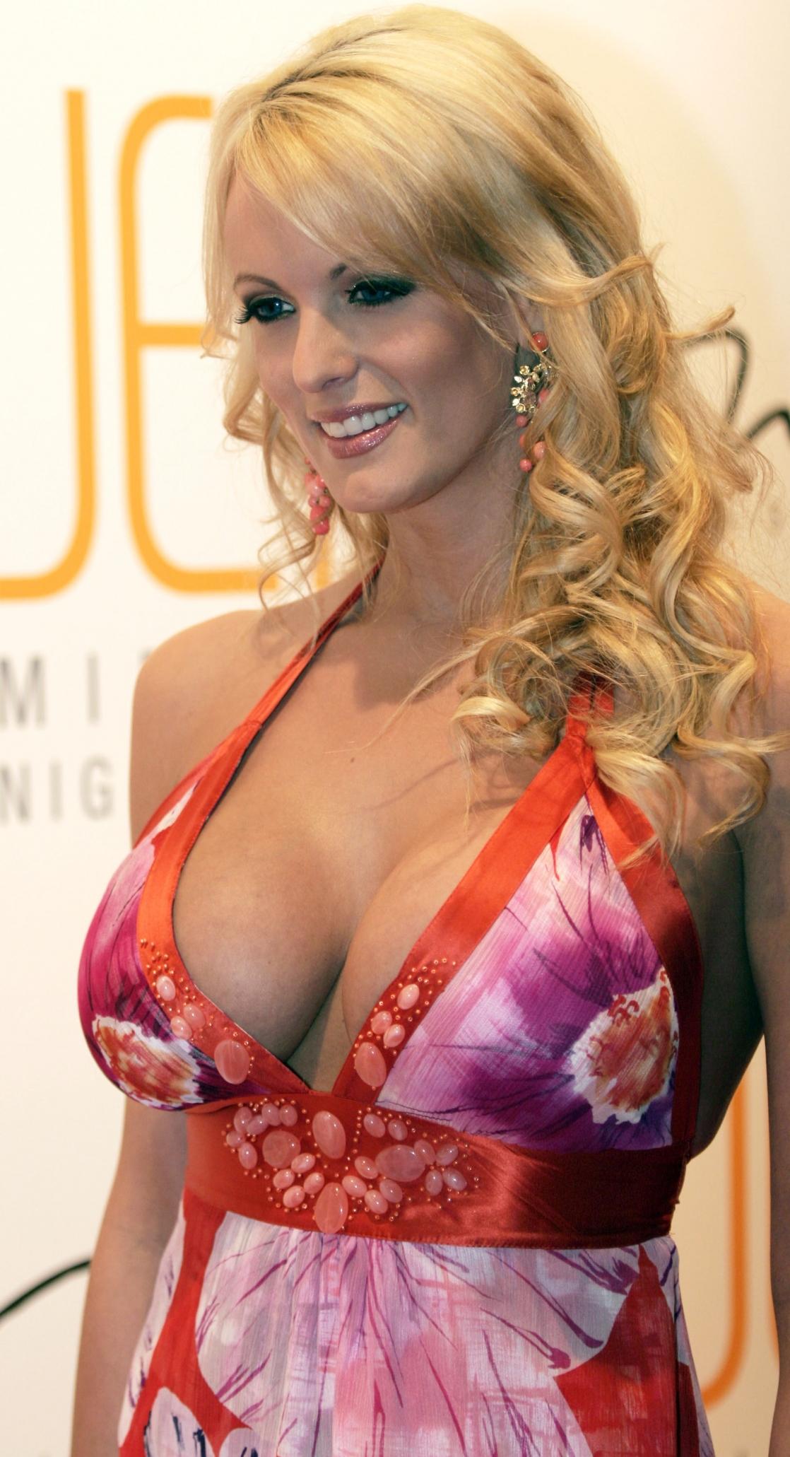 Big-tit blonde Stormy Daniels is getting load of sperm on her face № 96947 загрузить