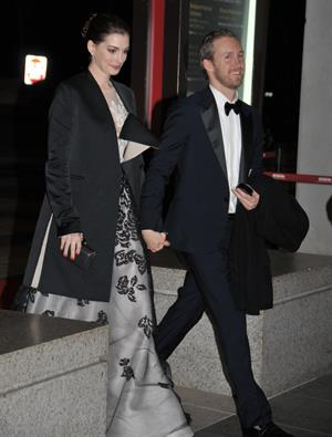 Anne Hathaway enters Kennedy Center for rehearsals on December 3, 2011