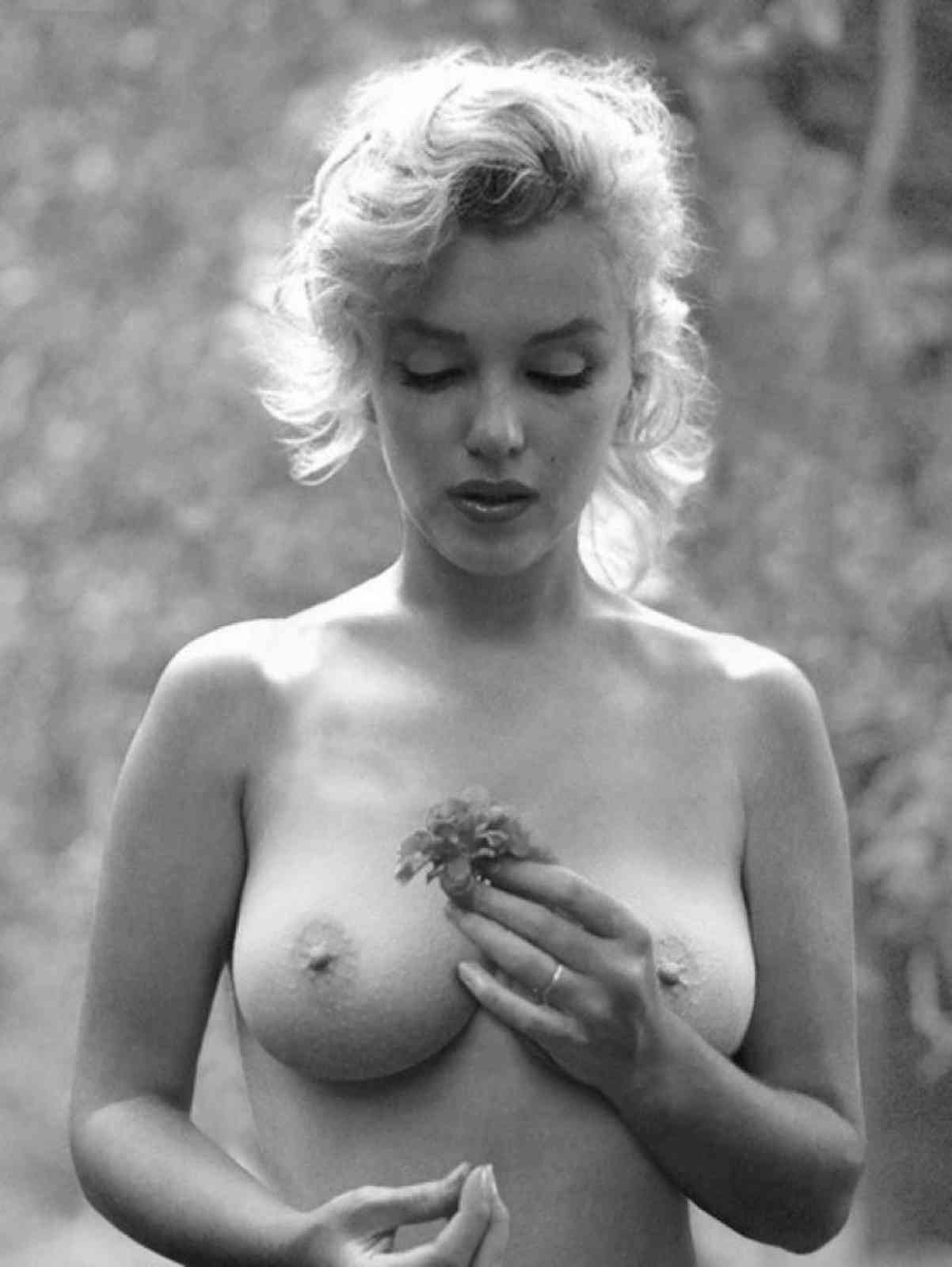 Marilyn Monroe - breasts