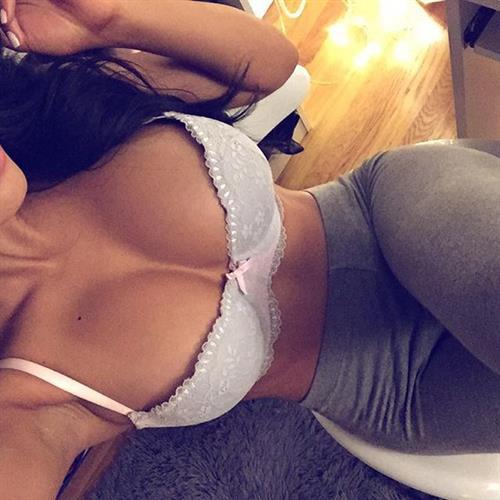 Franciele Medeiros in lingerie taking a selfie