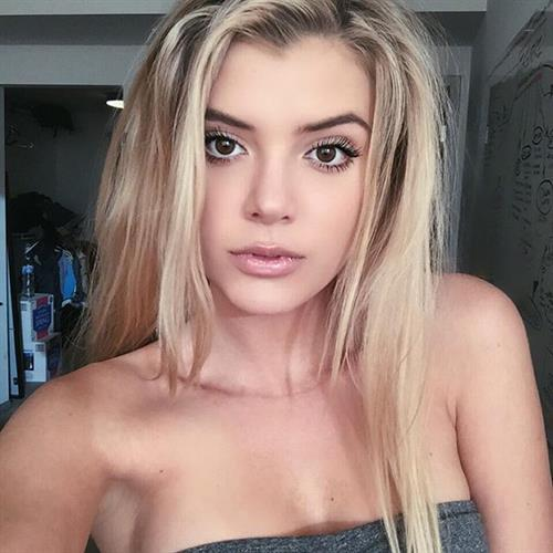 Alissa Violet taking a selfie