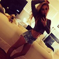 Chloe Rose Lattanzi taking a selfie