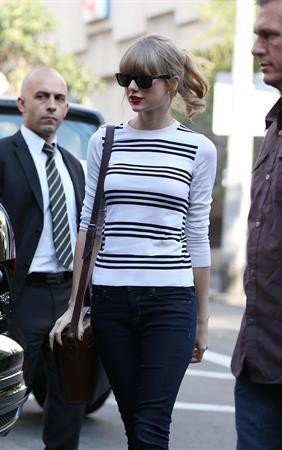 Taylor Swift grabs breakfast at Bills restaurant in Sydney 11/25/12