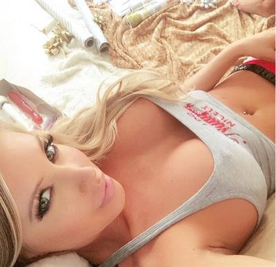 Samantha Saint taking a selfie