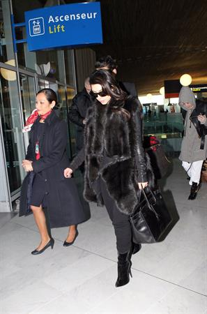 Kim Kardashian - Touches down in Paris (28.01.2013)