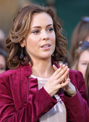 Alyssa Milano Extra at the Grove in Los Angeles November 30, 2010