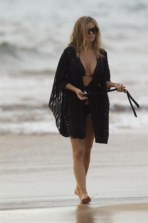 Carmen Electra – beach shoot candids in Hawaii 10/3/13