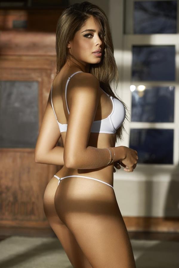 Camila Avella ass