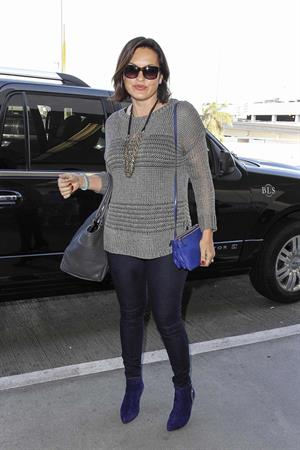 Mariska Hargitay Arrives at LAX Airport in Los Angeles (November 11, 2013)