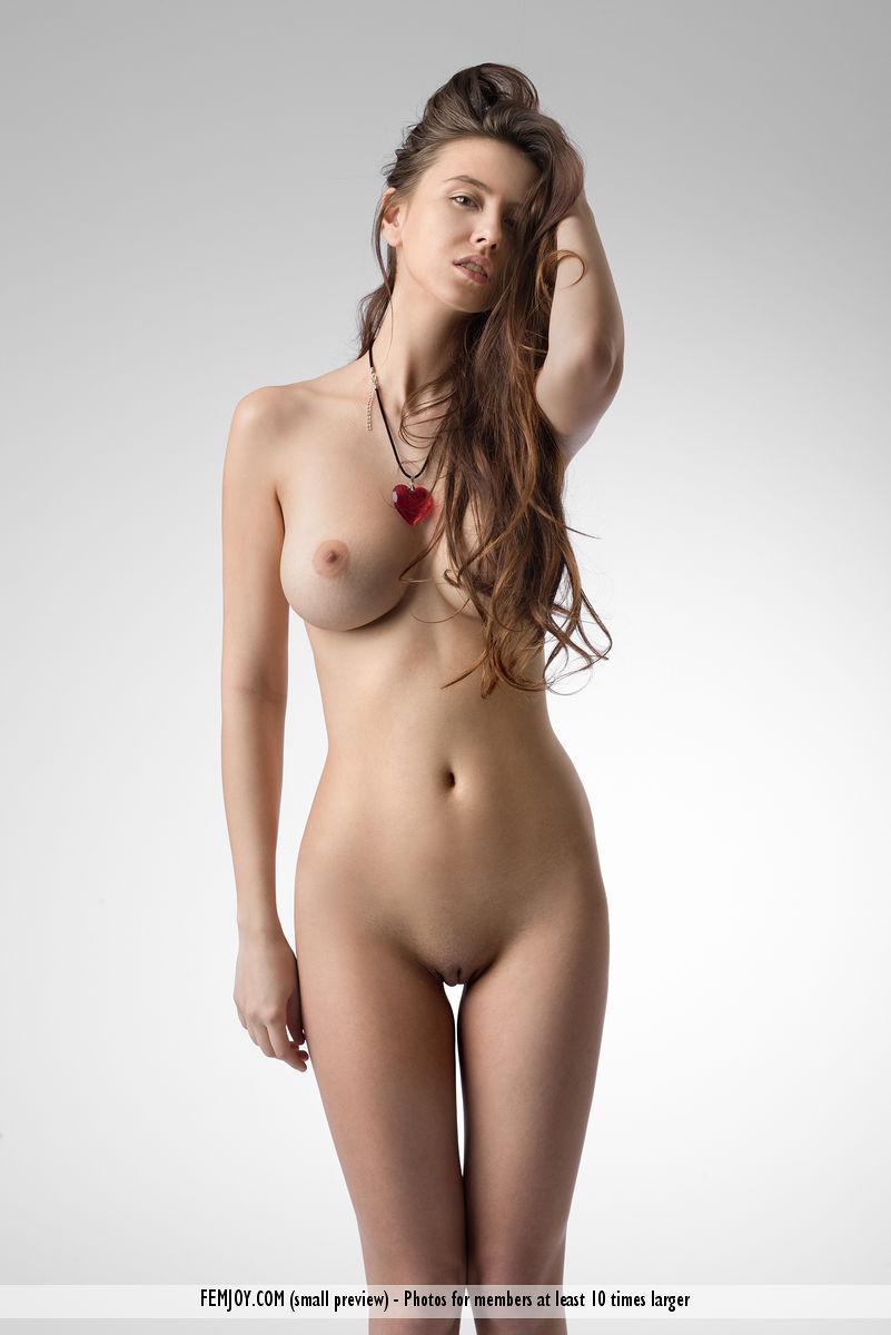 Pechugona corazón desnudo fotos