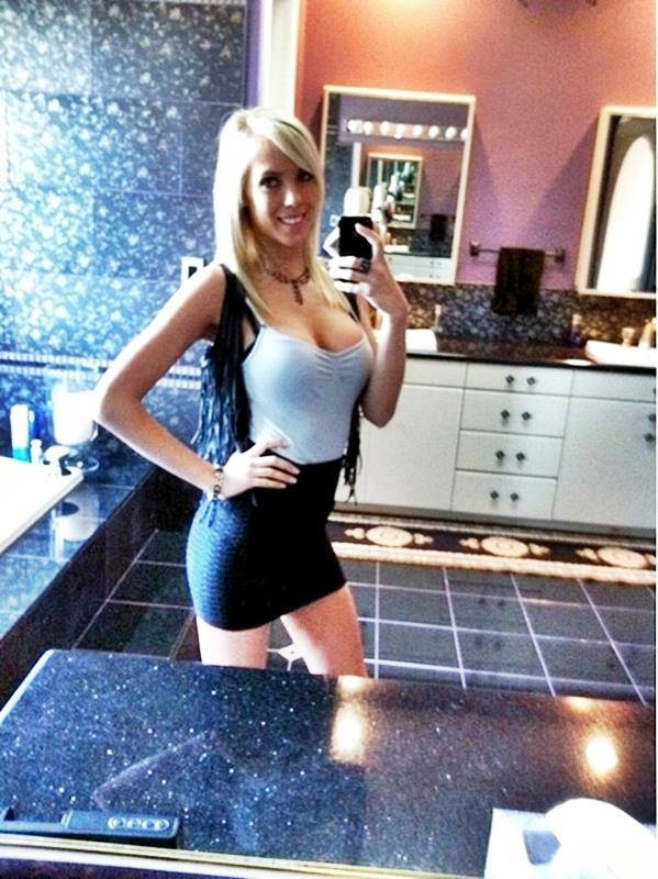 BiBi Jones taking a selfie