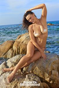 Myla Dalbesio Pictures