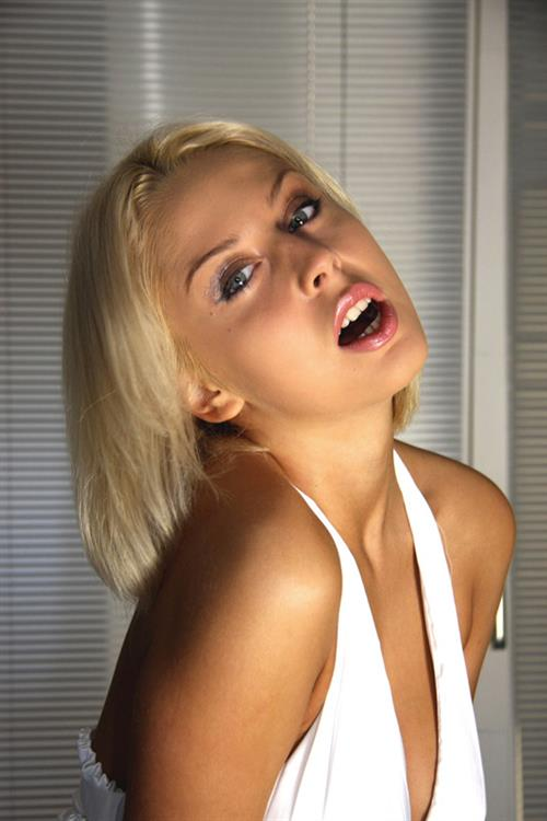 Young blonde girl Mandy Dee has her tight snatch stretched for her  880256