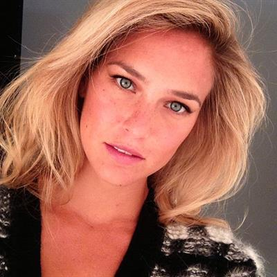 Bar Refaeli taking a selfie